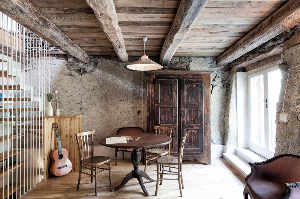 San colombano exilles la ristrutturazione di una baita for Interni di case antiche